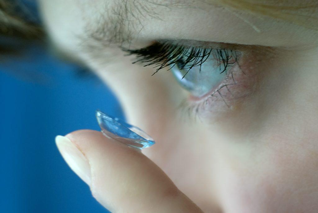 בחורה שמה עדשה בעין
